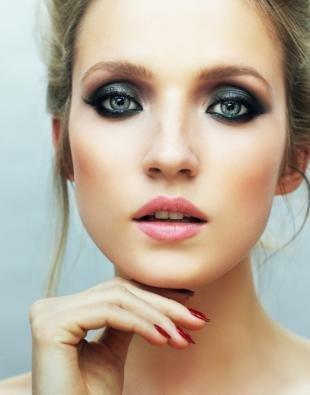 Яркий макияж для серых глаз, макияж глаз в темно-серых тонах