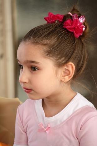 Каштановый цвет волос, быстрая детская прическа на праздник