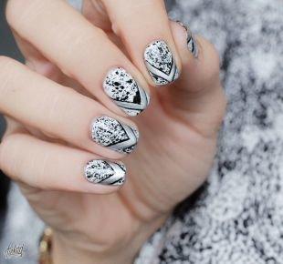 Необычный маникюр, черно-белый маникюр на коротких ногтях с рисунком