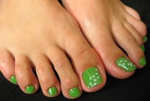 Маникюр с ромашками, яркий зеленый педикюр с ромашками