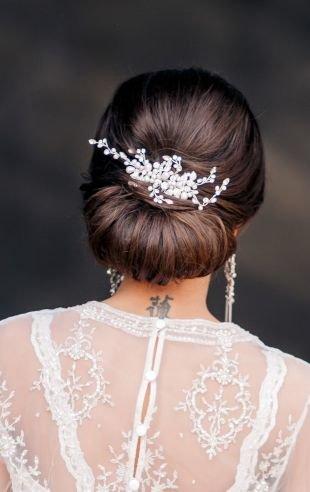 Свадебные прически на длинные волосы, объемный пучок с заколкой