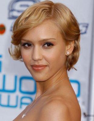 Цвет волос темный блондин, короткая прическа для вьющихся волос