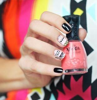 Абстрактные рисунки на ногтях, глянцевый маникюр черным и белым лаком с треугольниками