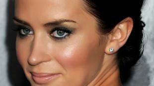 Яркий макияж для серых глаз, темный макияж глаз для брюнеток