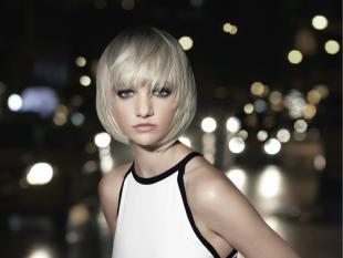 Жемчужно пепельный цвет волос, красивая стрижка боб каре для блондинки