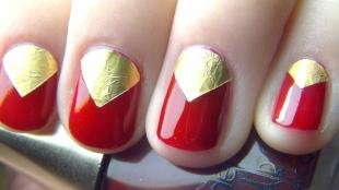 Маникюр с фольгой, красный лунный маникюр с помощью золотой фольги