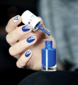 Рисунки с узорами на ногтях, бело-синий строгий маникюр со стразами