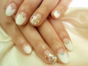 Разный маникюр на ногтях, белый лунный маникюр с разноцветными блестками
