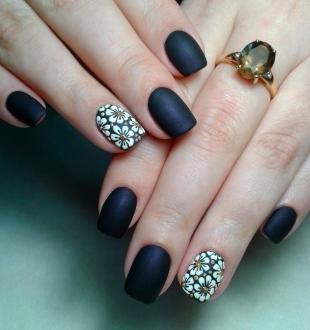 Черно-белые рисунки на ногтях, матовый дизайн ногтей с белыми ромашками