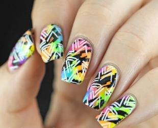 Геометрические рисунки на ногтях, маникюр с помощью разноцветного стемпинга
