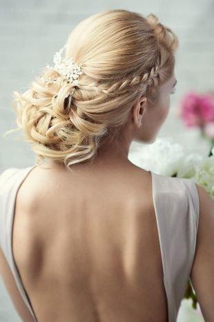 Бежевый цвет волос, сложная свадебная прическа на длинные волосы