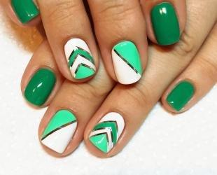 Дизайн ногтей с фольгой, бело-зеленый маникюр с полосками из фольги