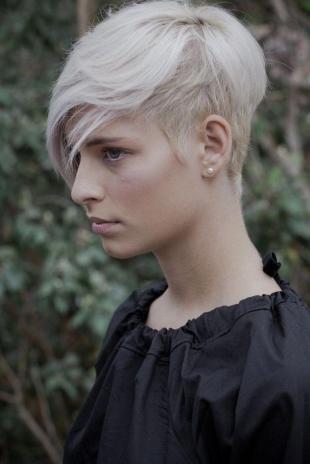 Пепельный цвет волос, короткая женская стрижка с длинной челкой