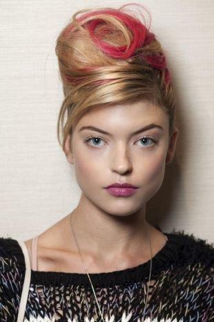 Цвет волос карамельный блондин, стильное окрашивание светлых волос с красными прядями