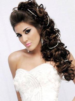 Прическа с кудрями на бок, шикарная свадебная прическа на длинные волосы