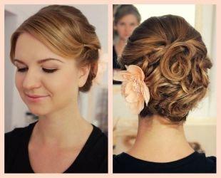Цвет волос светлый каштан, прическа на выпускной - собранные волосы, украшенные нежным цветком