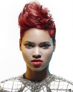 Цвет волос красное дерево, ультрасовременная стрижка на короткие волосы