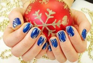 Дизайн ногтей, синий маникюр с волнистыми узорами