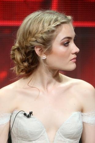 Стрижки и прически на длинные волосы, прическа на выпускной с пучком и косами