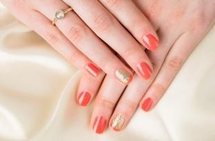 Коралловый маникюр, маникюр на короткие ногти: красный с золотом