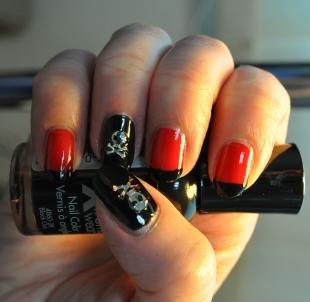 Дизайн ногтей с фольгой, красно-черный маникюр с черепами на хэллоуин