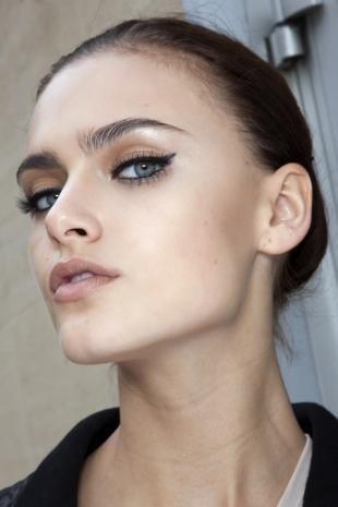 Макияж для опущенных уголков глаз, деловой макияж со стрелками