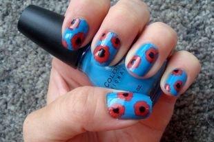 Маникюр на 9 мая, маки на синих ногтях