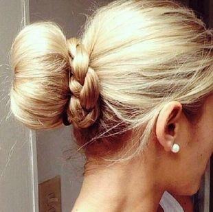 Прическа с бубликом на длинные волосы, прическа с бубликом и косичкой для длинных и средних волос