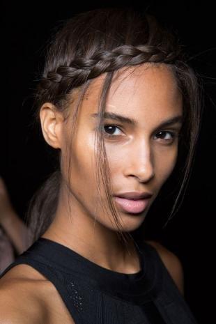 Пепельно коричневый цвет волос, прическа с косичкой у лба