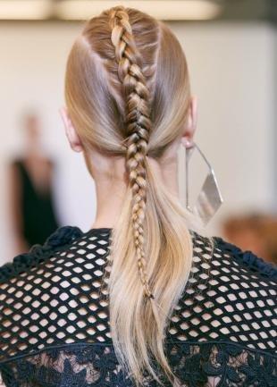 Цвет волос золотистый блонд, оригинальная прическа с обратной косой