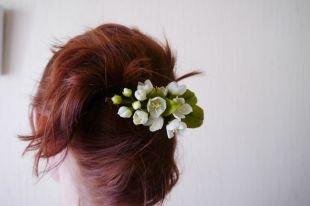 """Коричневый цвет волос, прическа """"банан"""", украшенная заколкой с цветами"""