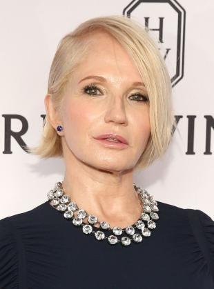Белый цвет волос на средние волосы, эффектная стрижка для женщин после 50 лет