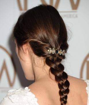Шоколадный цвет волос, легкая прическа на праздник