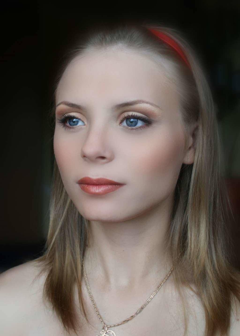 Макияж для голубых глаз под красное платье