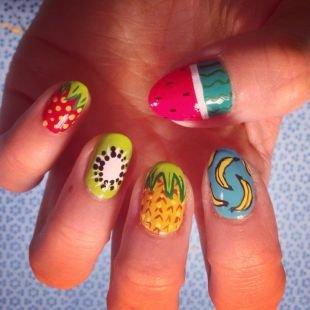 Зеленый маникюр, рисунки фруктов на ногтях