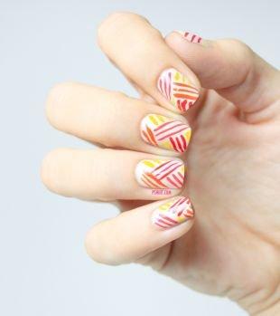 Модный дизайн ногтей, маникюр на короткие ногти с цветными полосками
