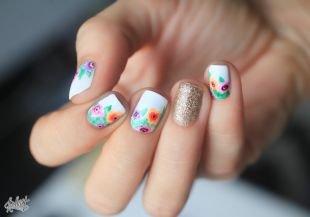 Дизайн ногтей, светлый маникюр с яркими цветами