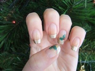 Маникюр на квадратные ногти, золотистый новогодний френч с узором елочных веточек