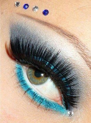 Вечерний макияж под синее платье, макияж для серых глаз со стразами