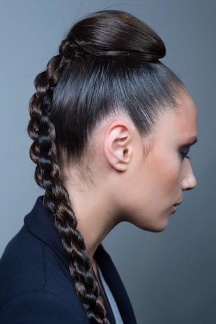 Цвет волос холодный шоколадный на длинные волосы, модная прическа с пучком и косой