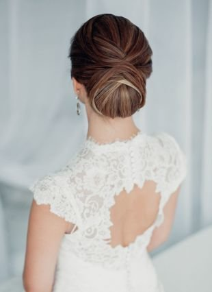 Темно каштановый цвет волос, классическая свадебная прическа на длинные волосы