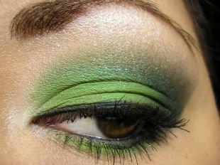 Макияж для карих глаз под зеленое платье, макияж для нависшего века темно-зелеными тенями