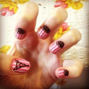 Рисунки на маленьких ногтях, розовый маникюр с белыми полосками и черным ажурным рисунком