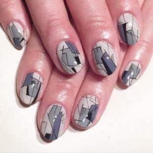 Осенние рисунки на ногтях, светло-серый маникюр с оригинальным геометрическим орнаментом