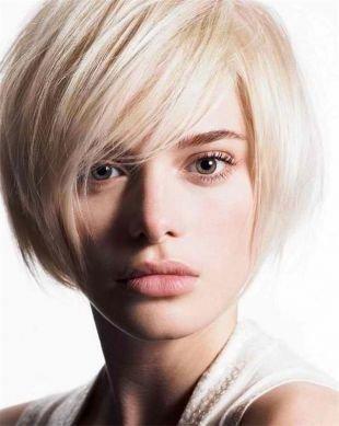 Цвет волос бежевый блондин на короткие волосы, стрижка боб с косой челкой