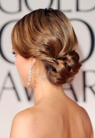 Золотисто каштановый цвет волос, элегантная прическа на основе низкого пучка