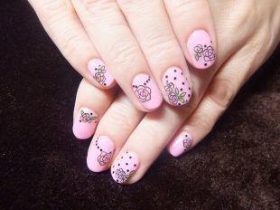 Маникюр на очень коротких ногтях, розовый маникюр с черными розами
