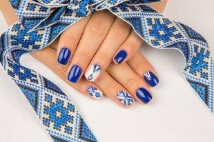 Дизайн ногтей, сине-белый  маникюр с геометрическим узором