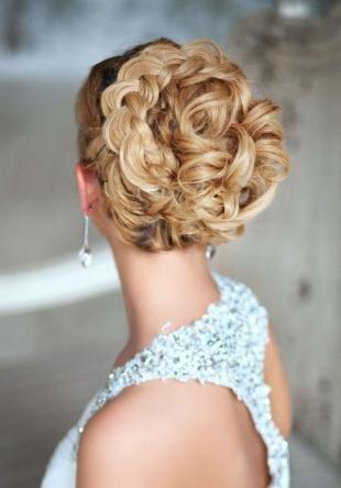 Цвет волос медовый блонд, свадебная прическа на основе плетения