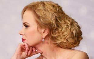 Цвет волос медовый блонд, сложная вечерняя прическа для длинных волос